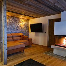 Wohnbereich mit gemütlicher Couch & Kamin ©Liebe zur Steiermark